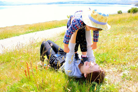 河原で遊ぶ母子