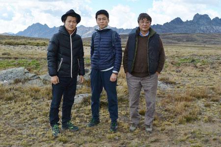 ペルー草原、3人記念写真